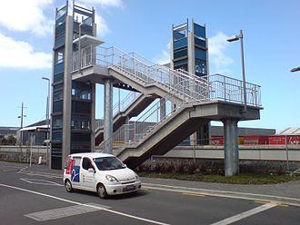 Sylvia Park railway station - The elevators and bridges connecting to the island platform