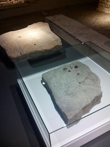 File:Tablero de juego romano, Anticuarium Sevilla, Sevilla, España, 2014.jpg