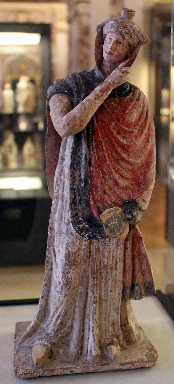 Tanagra, figurina acconciata con un tegidion, 310-200 ac ca..JPG