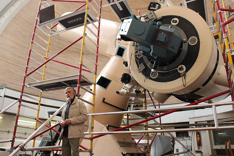 Старший дослідник Індрек Колка представляє найбільший телескоп обсерваторії Тарту, який саме вдосконалюють. © Tarvo Metspalu, CC-BY-SA 3.0