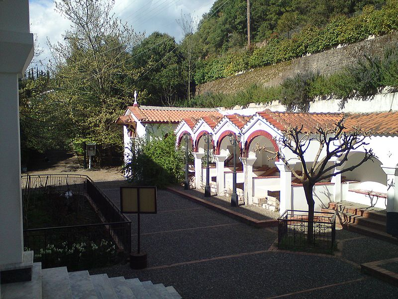 File:Tatarna monastery courtyard.JPG