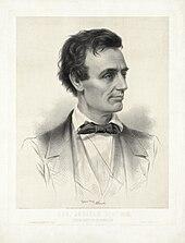 Um homem magro olhando para a direita e usando uma gravata borboleta.