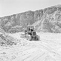 Timna in de Negevwoestijn een graafmachine op het terrein van de kopermijnen, Bestanddeelnr 255-3680.jpg