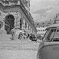 Toeschouwers voor de Meistertrunk op de trappen van het Raadhuis aan het markt, Bestanddeelnr 254-4658.jpg