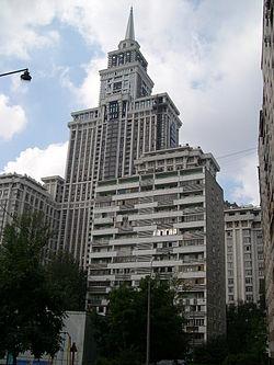 «Триумф-Палас» рядом с типичным домом советской застройки