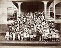 Tropenmuseum Royal Tropical Institute Objectnumber 60012341 Groepsportret met verklede schoolkind.jpg