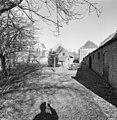 Tuin met bijgebouwtje en zicht op zijgevel van het woongedeelte - Brouwershaven - 20332910 - RCE.jpg