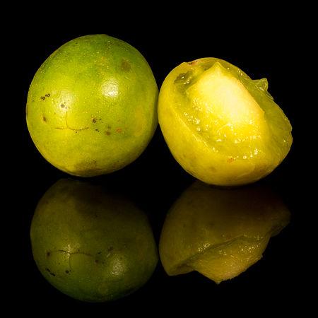 Umbu fruto aberto e fechado em fundo preto (versão cortada).jpg