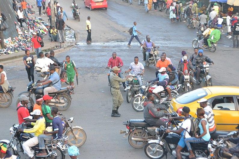 Un gendarme regulant la circulation à Ndokoti.jpg