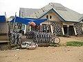 Une maison de commerce de bicyclette à Kindu (4153194120).jpg