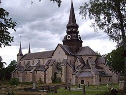 Varnhems klosterkirke, nærmest ses koret med korrunde og den runde kapelkrans længst ned.   Langskibet deles af et midterskib med Rosetvinduer på siden.