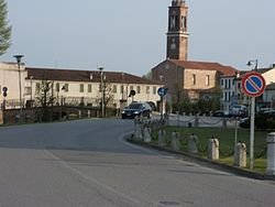 View of the center of Villadose, with the parish church