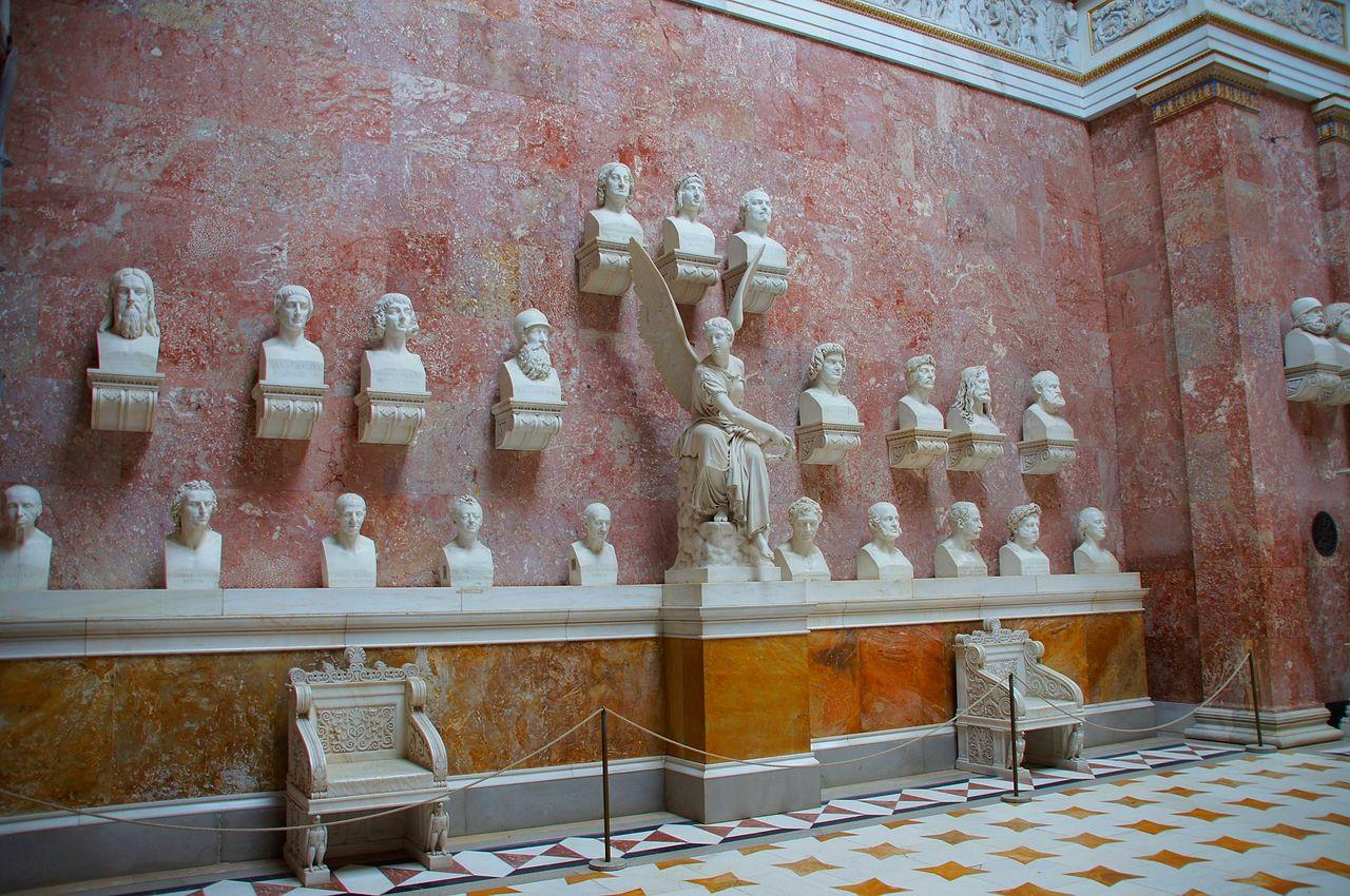 Walhalla -- Linke Wand mit Büsten und zwei der zwölf Marmorsessel von Ernst Mayer (8008657032).jpg