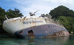 Die World Discoverer auf Grund in der Roderick Dhu Bay