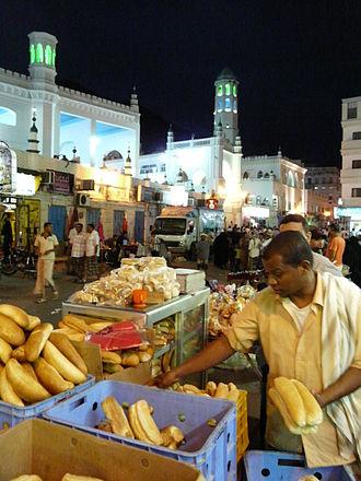 Mukalla - Image: Йемен Город Эль Мукала Площадь в Старом Городе Эль Мукаллы Тогровля хлебом поздно вечером