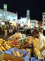 Йемен Город Эль-Мукала Площадь в Старом Городе Эль-Мукаллы Тогровля хлебом поздно вечером.JPG
