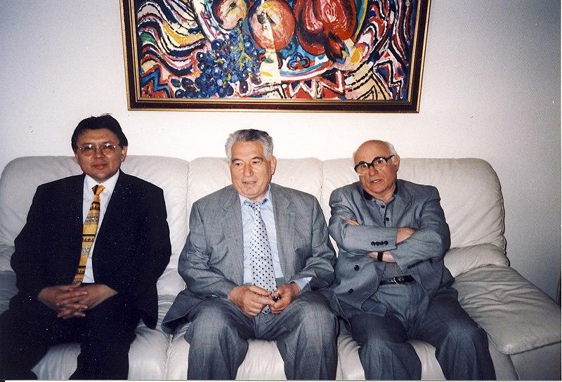 File:Киргизский писатель Чингиз Айтматов (в центре) и профессор Леонид Левитин (справа).jpg