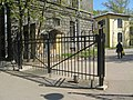 Литовская 2, ограда по ул. А. Матросова.jpg