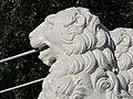 Один из львов Львиного моста в профиль.jpg