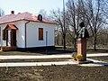 Пам'ятник-погруддя М.В.Гоголю у с. Гоголеве-2.jpg