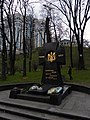 Памятне місце перепоховання вояків студентського куреня, загиблих під ст. Крути, Парк Аскольдова могила, Київ.jpg
