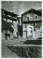 006 Esino Lario - piazza delle capre - uomo con gerla piena di fieno.jpg