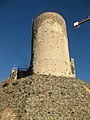 069 Castell de Montsoriu, mur sud del recinte sobirà i torre mestra.jpg