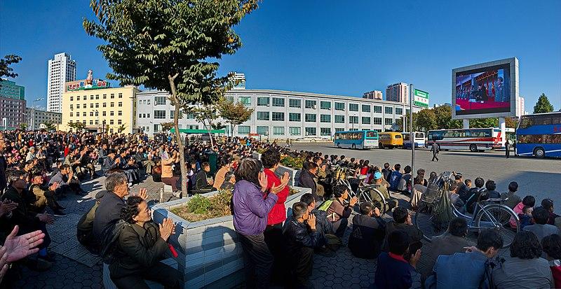 0921 - Nordkorea 2015 - Pj%C3%B6ngjang - Public Viewing am Bahnhofsplatz (22584958809).jpg