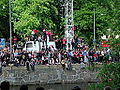 106 folksamling stodjer folk po bron (39037044).jpg