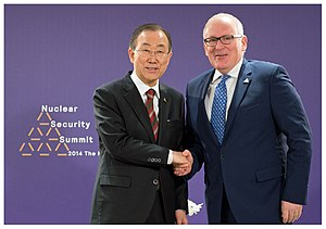 Frans Timmermans - Timmermans with UN Secretary-General Ban Ki-moon at the 2014 Nuclear Security Summit.