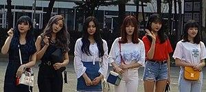 180727 여자친구 KBS 뮤직뱅크 출근길.jpg