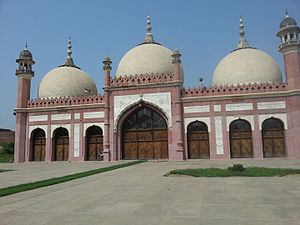 Gujrat City - Gujrat's oldest mosque dates from the Mughal era, and resembles Lahore's Badshahi Mosque.
