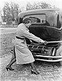 Actrice en fotomodel Cissy van Bennekom trekt aan benzineslang, bij auto, Bestanddeelnr 252-0489.jpg