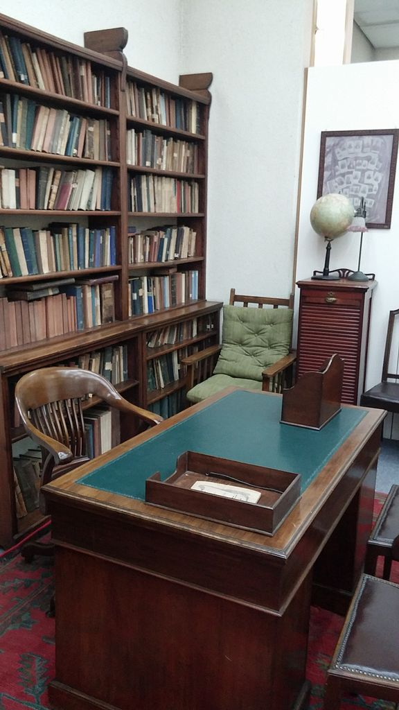 File:Ahad Ha'am desk in the Tel Aviv Shaar Zion Library.jpg ...