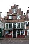 foto van Huis met trapgevel; boven de ramen schelpen als boogvullingen