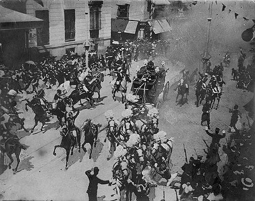 Fotografía histórica de segundos después del atentado contra el rey Alfonso XIII y Victoria Eugenia.