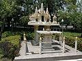 Autel dans le parc du palais Vimanmek.JPG