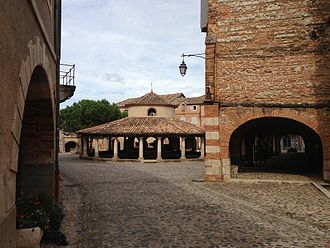Auvillar - The center of Auvillar. The circular grain market is at center.