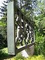Běchovice, pomník běžeckému závodu, zezadu.jpg