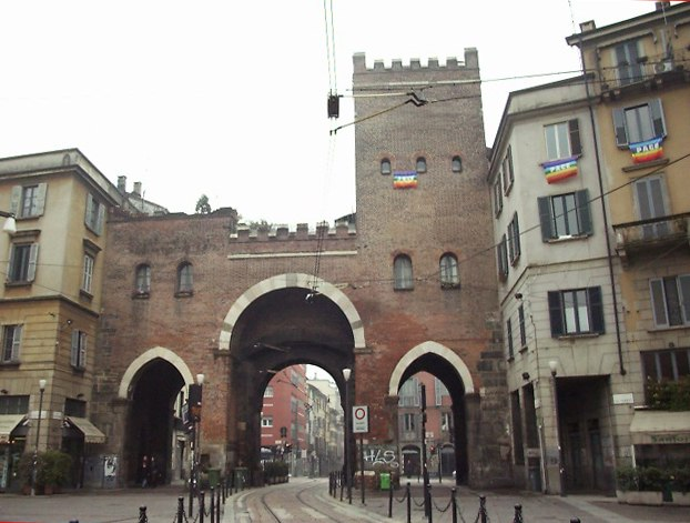 Bandiere della pace su Porta Ticinese a Milano
