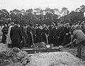 Begrafenis stewardes mejuffrouw Lowenstein (ramp Triton, Bestanddeelnr 906-7132.jpg