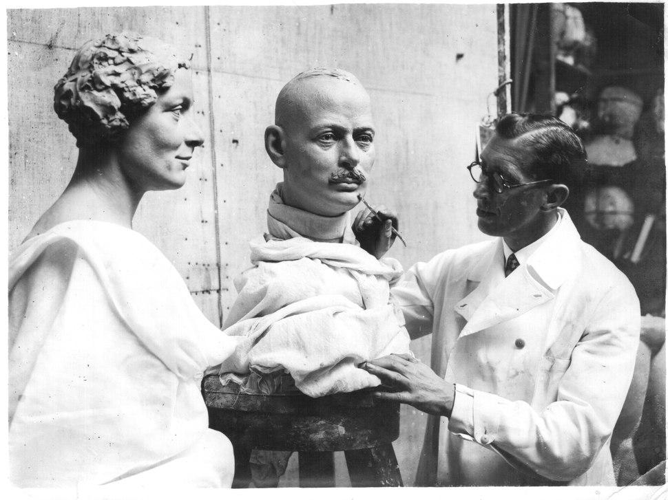 Bernard Tussaud befejezi Lady Alice Scott és a Gloucesteri herceg viasszobrát – London, 1935.10.16
