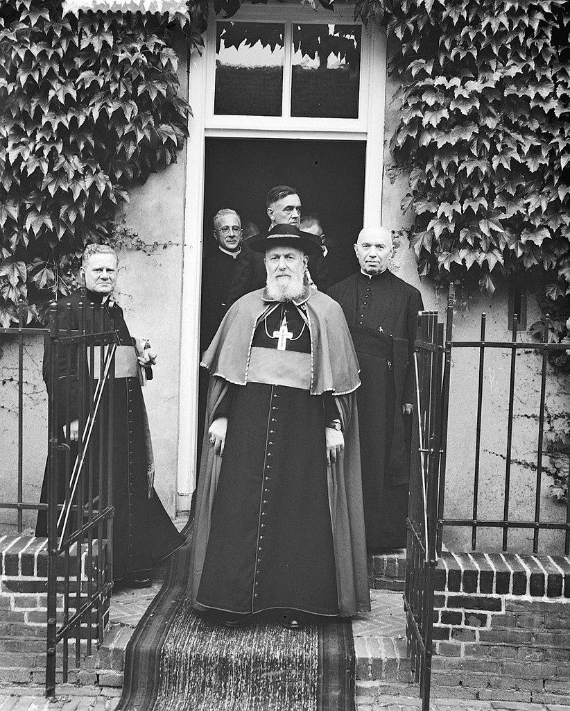 file bezoek door de franse kardinaal tisserant aan grave  Kleidung Mntel C 10_24 #12