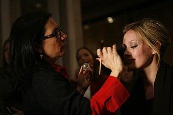 Hilary Duff al trucco nel backstage di The Heart's Truth Red Dress Collection Fashion Show nel 2009