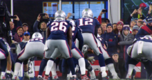 Brady reçoit un cliché, photographié de derrière