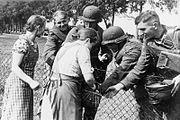 Bundesarchiv Bild 146-1979-050-21A, Polen, Volksdeutsche begrüßen deutsche Soldaten