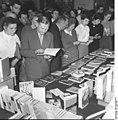 Bundesarchiv Bild 183-63679-0010, 1. Bitterfelder Konferenz, Büchertisch.jpg
