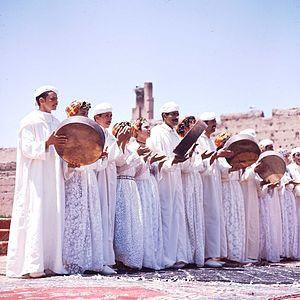 COLLECTIE TROPENMUSEUM Dansgroep uit de Midden-Atlas tijdens het Nationaal Folkore Festival te Marrakech TMnr 20017658.jpg
