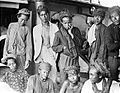 COLLECTIE TROPENMUSEUM Een groep poserende Javaanse mannen TMnr 10005212.jpg