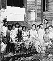 COLLECTIE TROPENMUSEUM Familieportret voor een woning TMnr 20000160.jpg